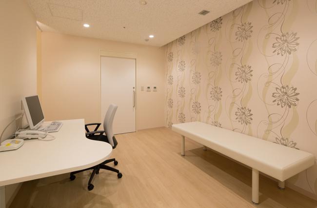 診察室 女性がリラックスできるように、優しい色合いの壁紙をセレクトしています。