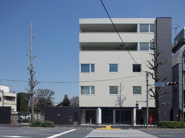 南側外観 青梅街道に面しており、建物構成は3階までがクリニック、4ー5階が集合住宅です。